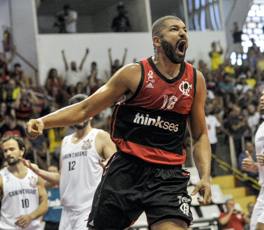 CLASSIFICADOS! Olivinha brilha, Flamengo vence Corinthians e avança às semifinais