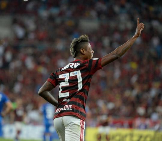 Na despedida de Juan, Bruno Henrique marca dois e Flamengo vence Cruzeiro no Maracanã