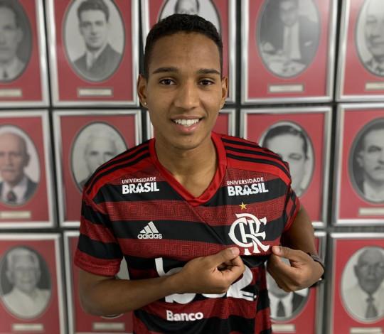 Flamengo contrata o lateral-direito João Lucas