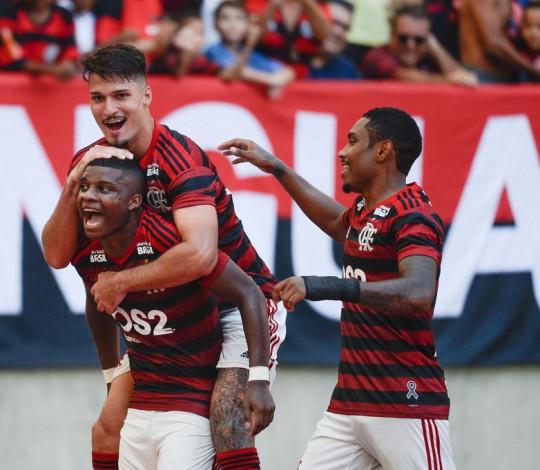 Flamengo vence a Chapecoense por 2 a 1 e sobe na tabela do Brasileiro