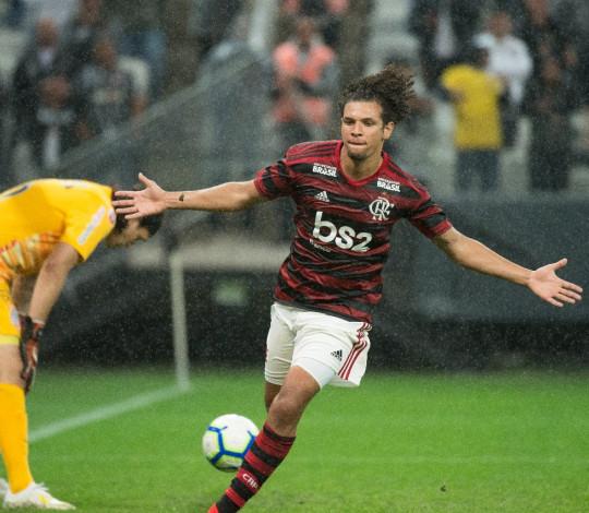 Flamengo vence o Corinthians por 1 a 0 e larga na frente nas oitavas da Copa do Brasil