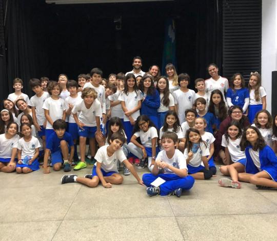 Rubro-negros visitam escola da região para apresentar nado artístico do Flamengo