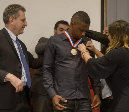 Juan recebe medalha Pedro Ernesto na Gávea