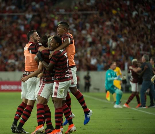 Rodrigo Caio marca nos acréscimos e Flamengo vence o Athletico-PR de virada