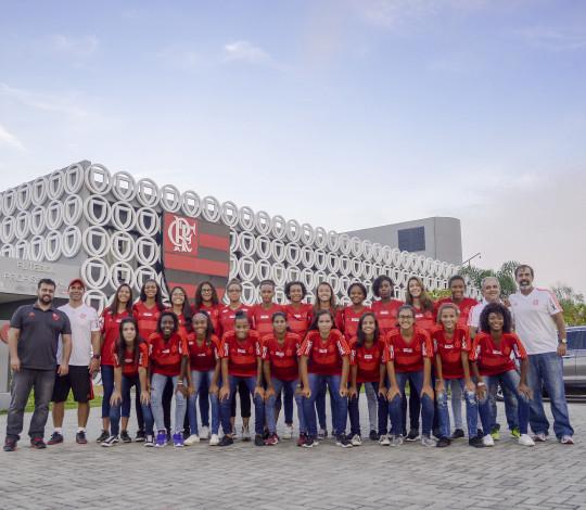 Atletas do Sub-18 de Futebol Feminino visitam Ninho do Urubu e assinam contrato com Flamengo
