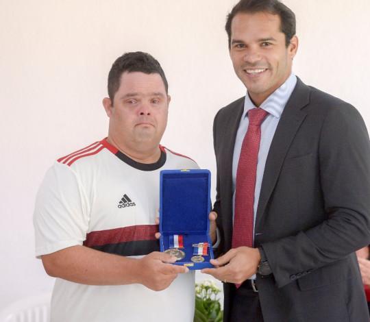 Thiago Pompeu recebe medalha Pedro Ernesto na Gávea