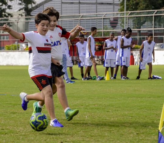Flamengo promove sessão conjunta de futebol para jovens de comunidades carentes