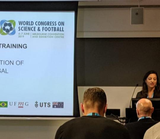 Carolina Wilke apresenta trabalho no World Congress on Science & Football, na AUS