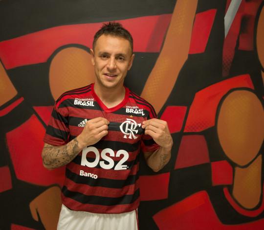 Rafinha é apresentado oficialmente pelo Flamengo