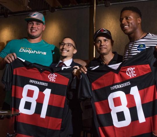 Flamengo Imperadores presenteia dois jogadores da NFL