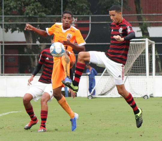Sub-16 vence confronto direto contra o Nova Iguaçu e está na semifinal do turno do Guilherme Embry