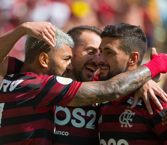 Com hat-trick de Arrascaeta, Flamengo goleia o Goiás no Maracanã
