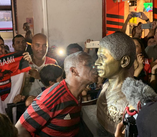 Ex-jogador Adílio é homenageado com um busto na Gávea