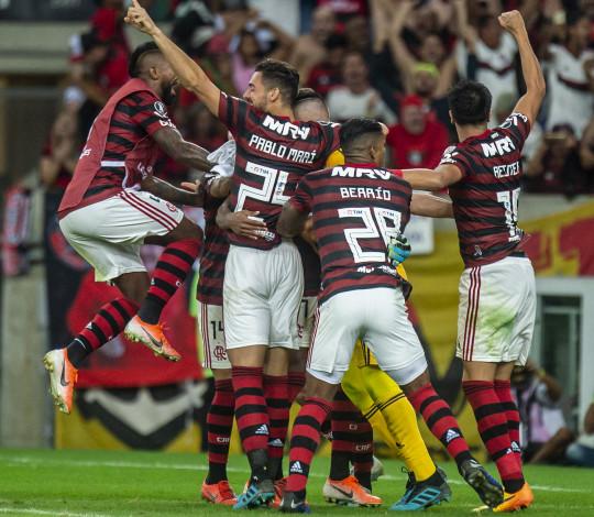Empurrado pela Nação, Flamengo bate Emelec nos pênaltis e garante vaga nas quartas da Libertadores