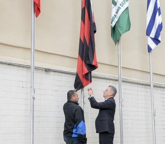 Presidente Rodolfo Landim hasteia bandeira do Flamengo de campeão carioca de 2019 na sede da FERJ