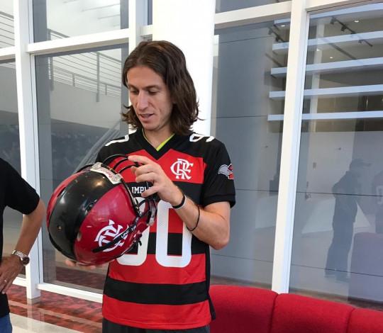 Filipe Luís recebe camisa do Flamengo Imperadores no Ninho do Urubu
