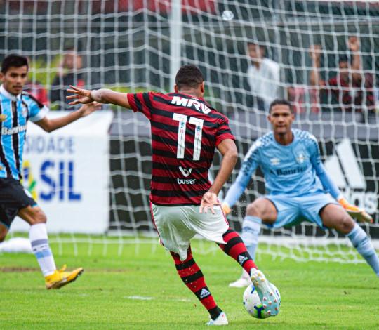 Sub-20 pressiona até o fim, empata com o Grêmio e segue na liderança isolada do Brasileirão