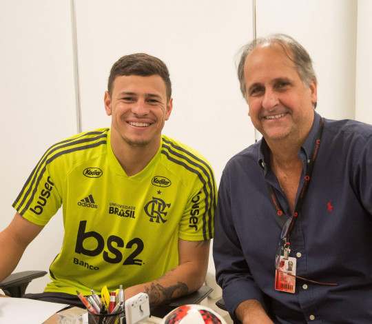 Hugo Moura renova com o Flamengo até o fim de 2023