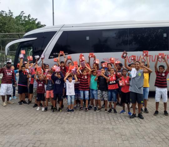 Inesquecível! Crianças da Maré visitam a sede social e conhecem o FlaMemória