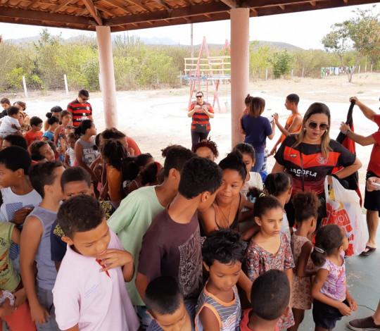 Jacofla entrega brinquedos no Dia das Crianças