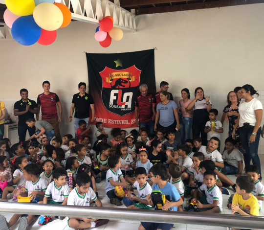 Consulado FlaSousa doa centenas de brinquedos para alunos de colégio municipal