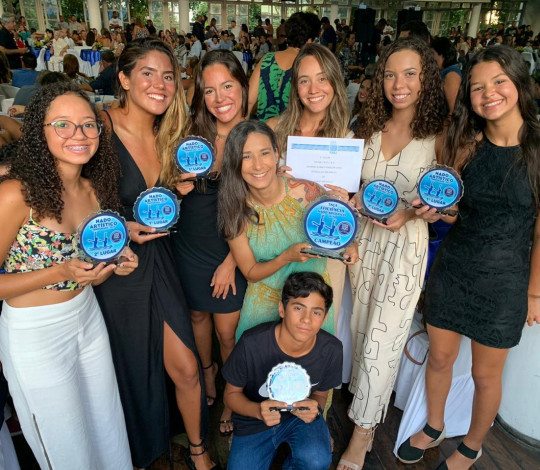 Atletas do nado artístico rubro-negro recebem prêmio da FARJ