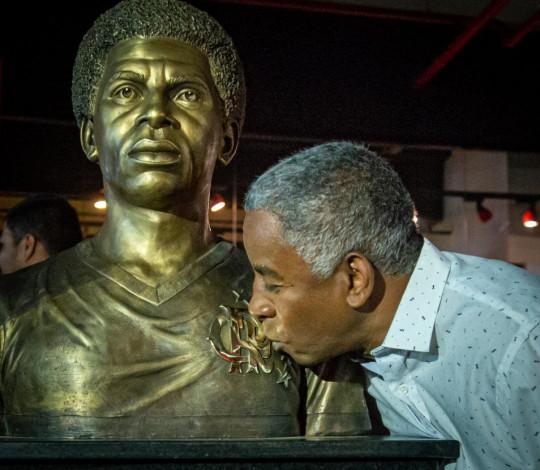 Flamengo inaugura busto do ídolo Andrade na sede social do clube