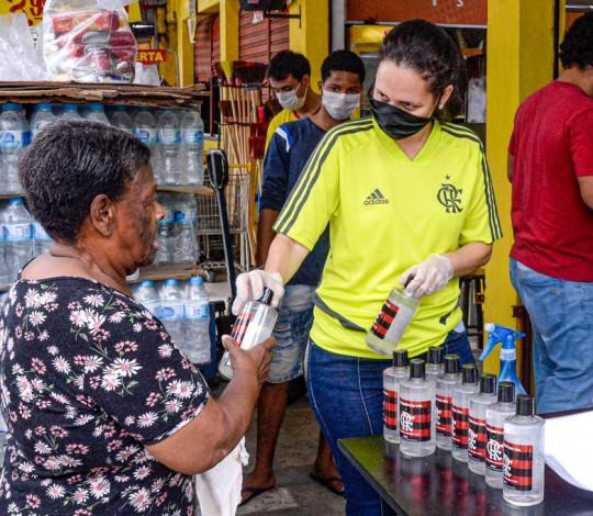 Flamengo faz doação de álcool em gel e cestas básicas na Vila Aliança