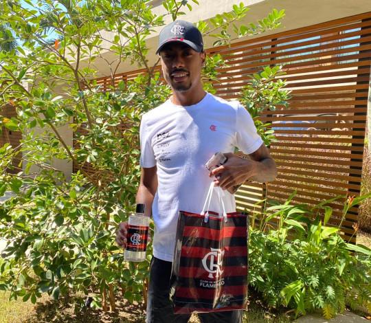 Flamengo realiza entrega de álcool em gel para atletas do futebol