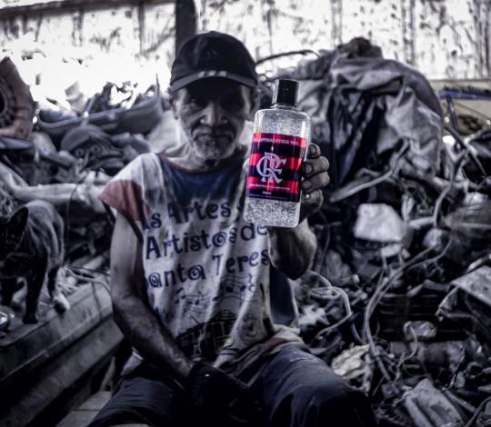 Flamengo doa álcool em gel para três comunidades diferentes do Rio