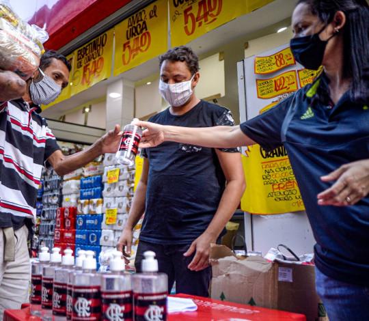 Flamengo faz doação de álcool em gel e cestas básicas na favela de Rio das Pedras