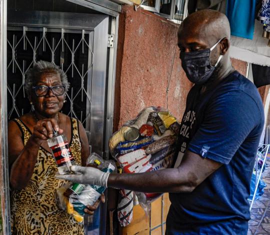 Flamengo entrega álcool em gel na Cruzada São Sebastião