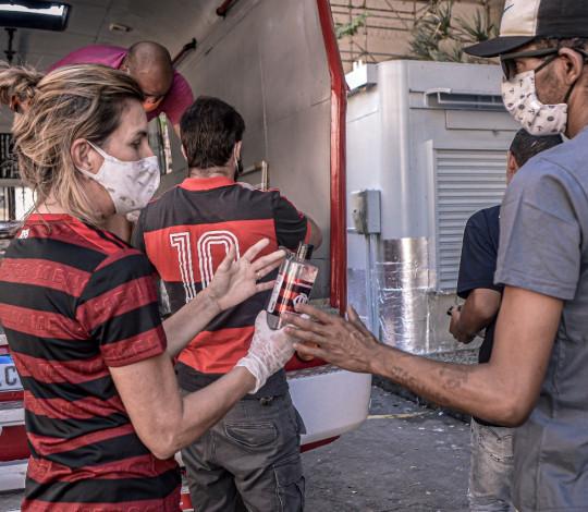 Flamengo participa de entrega de quentinhas e doa álcool em gel no Centro do Rio