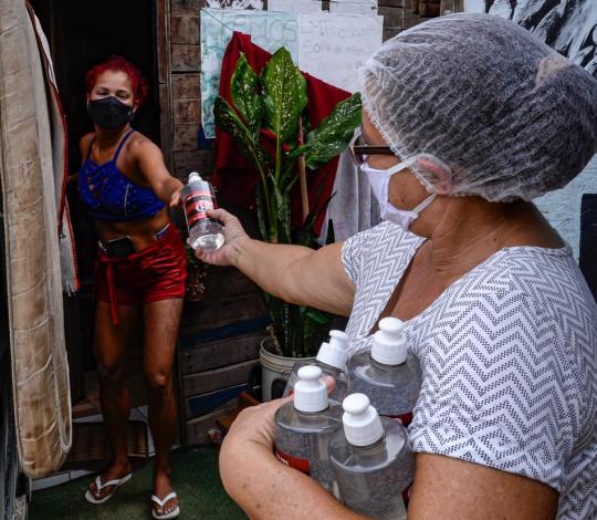 Flamengo faz doações de álcool em gel e cestas básicas em duas comunidades do Rio