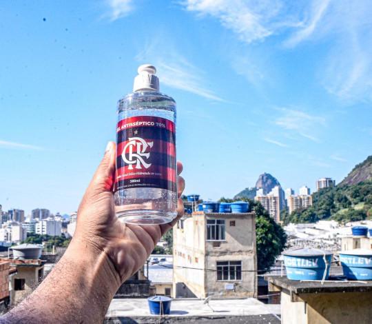 Flamengo doa álcool em gel e cestas básicas na Ladeira dos Tabajaras