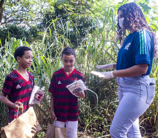 Flamengo faz entrega de kits para crianças no Complexo da Coruja, em São Gonçalo-RJ