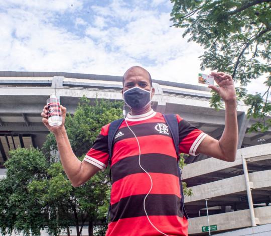 Flamengo realiza distribuição de cartão alimentação, máscaras e álcool em gel no Maracanã