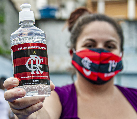 Flamengo distribui álcool em gel e máscaras em quatro comunidades do Rio