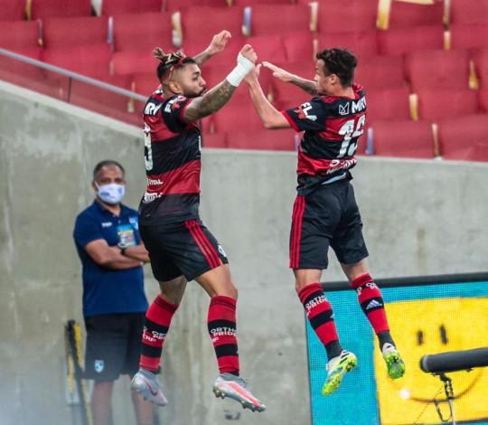 Flamengo vence o Fluminense por 2 a 1 e abre vantagem na final do Carioca