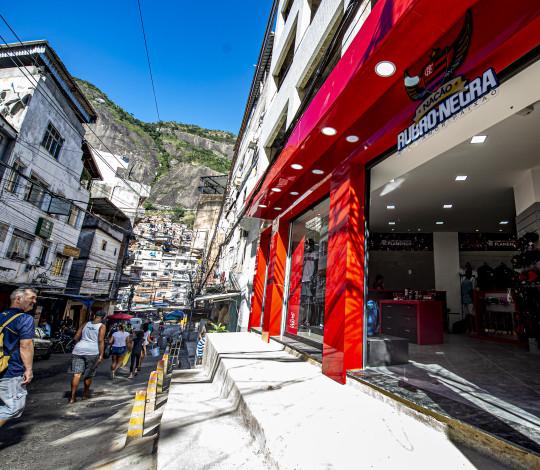 Com vendedores rubro-negros e moradores, Flamengo abre loja oficial na Rocinha