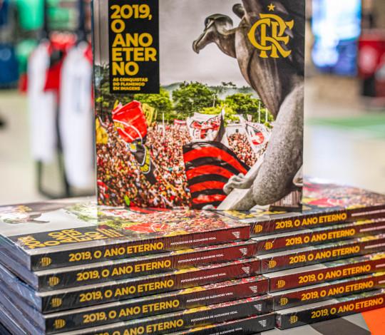 """Flamengo lança livro de fotografias """"2019, O Ano Eterno - As Conquistas do Flamengo em Imagens"""""""