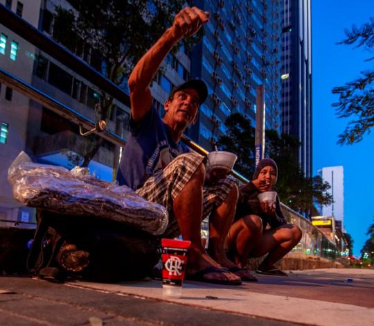 'Nação Solidária' acompanha entrega de agasalhos e sopão para moradores de rua