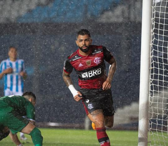 Flamengo empata por 1 a 1 com o Racing, no El Cilindro