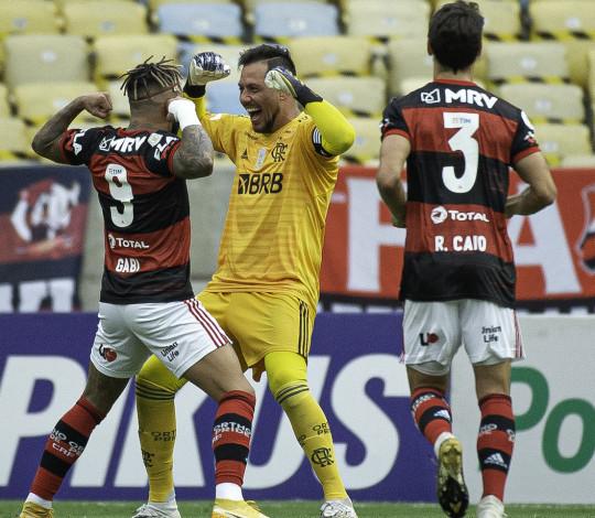 Flamengo joga bem e goleia o Santos por 4 a 1 no Maracanã