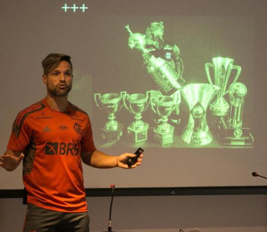 Capitão Diego Ribas dá palestra para os Garotos do Ninho no CT