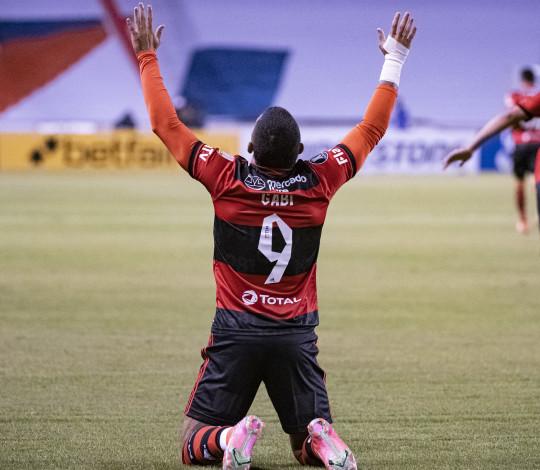 Mengão vence a LDU por 3 a 2 na altitude de Quito, no Equador