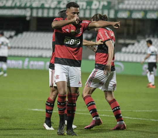 Flamengo estreia com vitória por 1 a 0 sobre o Coritiba, no Couto Pereira