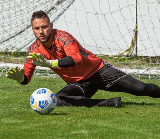 Diego Alves brilha no treino e volta a ser relacionado