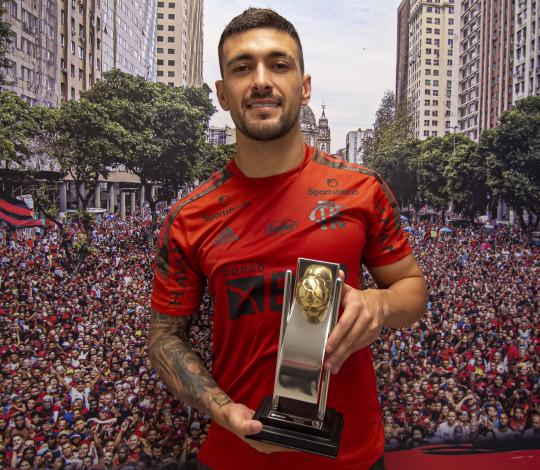 De Arrascaeta recebe o troféu de melhor meia do Cariocão 2021