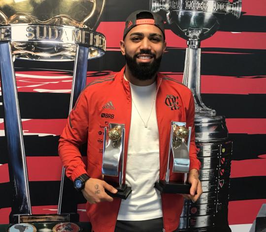 Gabi recebe os troféus de melhor atacante e craque do Cariocão 2021